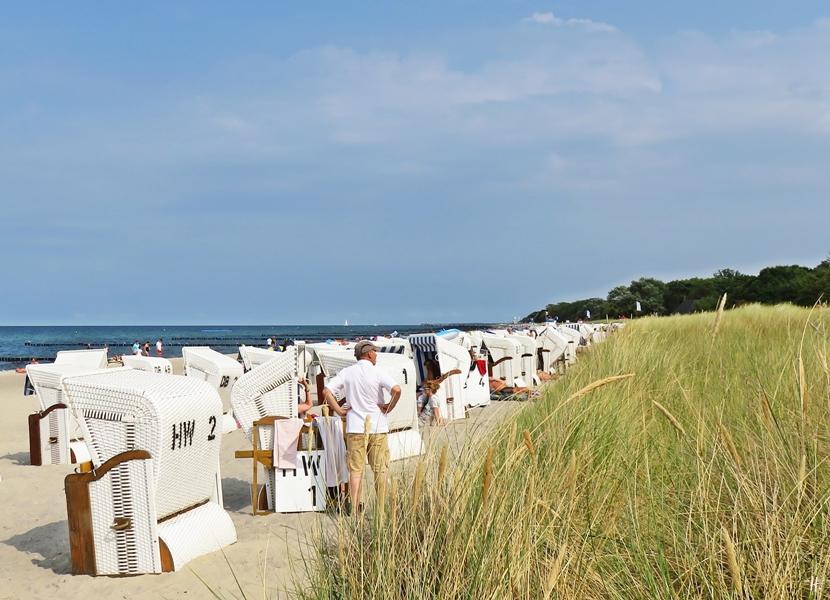 2018-08-17 mittags, Kühlungsborn, Strandkörbe am Strandzugang 17, Blickrichtung Ost